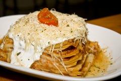Geschmackvolle Lasagne auf weißer Platte Lizenzfreie Stockbilder