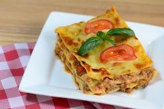 Geschmackvolle Lasagne gedient auf einem Holztisch Italienischer Nahrungsmittelhintergrund nahaufnahme Stockfotografie