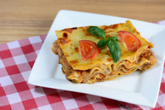 Geschmackvolle Lasagne gedient auf einem Holztisch Italienischer Nahrungsmittelhintergrund nahaufnahme Lizenzfreies Stockbild