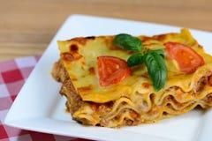 Geschmackvolle Lasagne gedient auf einem Holztisch nahaufnahme Stockbild