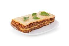 Geschmackvolle Lasagne lokalisiert auf einem weißen Hintergrund Lizenzfreie Stockfotos