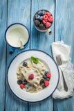 Geschmackvolle Mehlklöße mit Blaubeere, Brombeere und Himbeere Stockfoto