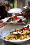 Geschmackvolle Nahrung, die an einer Hochzeit gedient wird Stockbilder