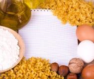 Geschmackvolle Nahrungsmittelbestandteile und italienisches Teigwaren penne Stockbild