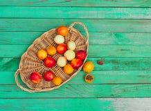 Geschmackvolle Nektarinen und Aprikosen auf einem Holztisch Lizenzfreie Stockbilder