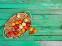 Geschmackvolle Nektarinen und Aprikosen auf einem Holztisch Lizenzfreies Stockfoto