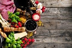 Geschmackvolle neue appetitanregende italienische Lebensmittelinhaltsstoffe auf altem rustikalem wo Stockfotos