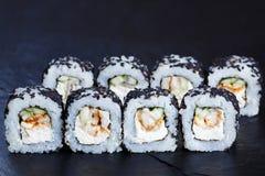Geschmackvolle neue maki Sushirollen mit geräuchertem Aal- und Frischkäse herein Lizenzfreie Stockfotografie