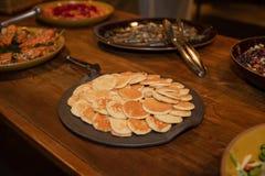 Geschmackvolle Pfannkuchen auf einem Holztisch lizenzfreies stockfoto