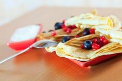 Geschmackvolle Pfannkuchen mit Beeren Stockbilder