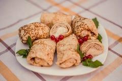 Geschmackvolle Pfannkuchen mit gemachtem Hauptkäse auf weißer Plattennahaufnahme Lizenzfreies Stockfoto