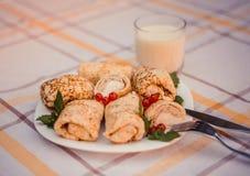 Geschmackvolle Pfannkuchen mit gemachtem Hauptkäse auf weißer Plattennahaufnahme Lizenzfreies Stockbild