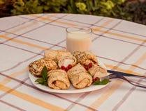 Geschmackvolle Pfannkuchen mit gemachtem Hauptkäse auf weißer Plattennahaufnahme Lizenzfreie Stockfotos