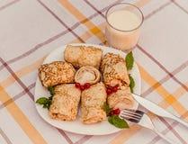 Geschmackvolle Pfannkuchen mit gemachtem Hauptkäse auf weißer Plattennahaufnahme Lizenzfreie Stockfotografie