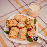 Geschmackvolle Pfannkuchen mit gemachtem Hauptkäse auf weißer Plattennahaufnahme Stockfotos