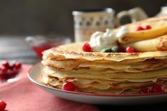 Geschmackvolle Pfannkuchen mit Sahne und Beeren Lizenzfreies Stockfoto