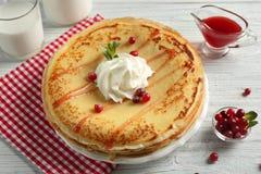 Geschmackvolle Pfannkuchen mit Sahne und Beeren Lizenzfreie Stockbilder