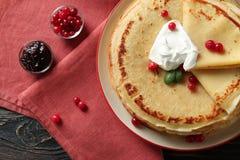 Geschmackvolle Pfannkuchen mit Sahne und Beeren Stockfoto