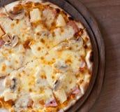 Geschmackvolle Pizza auf hölzernem Behälter Lizenzfreie Stockfotografie