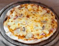 Geschmackvolle Pizza auf hölzernem Behälter Lizenzfreies Stockfoto
