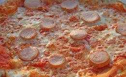 Geschmackvolle Pizza mit Mozzarella Tomate und wurstel Lizenzfreie Stockfotografie