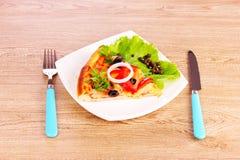 Geschmackvolle Pizza mit Oliven und Tischbesteck Stockfoto
