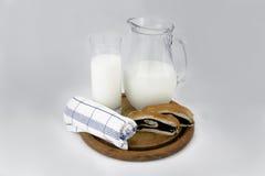 Geschmackvolle Plätzchen und Glas Milch Stockfotos