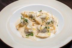 Geschmackvolle Ravioli mit Parmesankäse Stockfoto