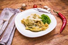 Geschmackvolle Ravioli mit Parmesankäse Lizenzfreie Stockfotografie