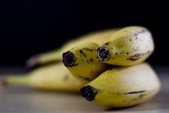 Geschmackvolle reife Bananen auf einem Holztisch Abgezogene Banane auf dem kitch Stockfotografie