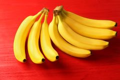Geschmackvolle reife Bananen auf Farbhintergrund Lizenzfreies Stockbild