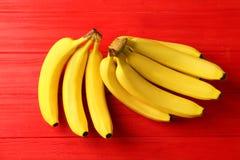 Geschmackvolle reife Bananen auf Farbhintergrund Stockfoto