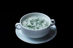 Geschmackvolle russische/ukrainische okroshka Suppe in einer weißen Platte Stockfotos