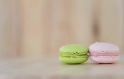 Geschmackvolle süße Makrone, Macaron auf hölzernem Hintergrund Stockbilder