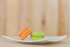 Geschmackvolle süße Makrone, Macaron auf hölzernem Hintergrund Lizenzfreie Stockbilder