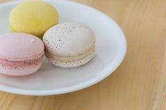 Geschmackvolle süße Makrone, Macaron auf hölzernem Hintergrund Stockfotos