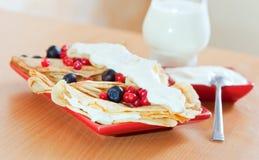 Geschmackvolle süße Pfannkuchen mit Beeren auf Platte Stockbild