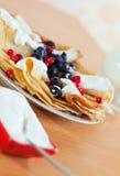 Geschmackvolle süße Pfannkuchen mit Beeren und Molkerei Lizenzfreie Stockbilder