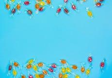 Geschmackvolle Süßigkeiten lokalisiert auf elektrischem blauem Hintergrund lizenzfreie stockfotos