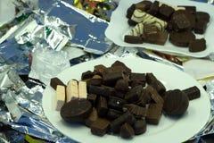Geschmackvolle Schokolade kräuselt sich in der Schüssel, die auf weißem Hintergrund lokalisiert wird Beschneidungspfad eingeschlo lizenzfreies stockbild