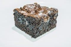 Geschmackvolle Schokoladen-Schokoladenkuchen auf weißem Hintergrund Stockfotos