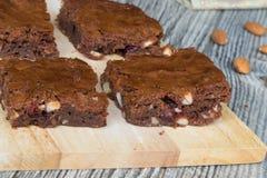 Geschmackvolle Schokoladenkuchen mit Mandeln und trockenen Moosbeeren Stockfotografie