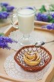 Geschmackvolle selbst gemachte Apfelkuchen über hölzernem Hintergrund Lizenzfreie Stockfotos