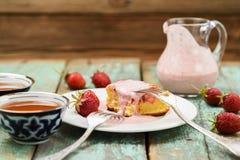 Geschmackvolle Soße des Erdbeerkuchens mit Sahne im Glasgefäß diente mit Stockfotos