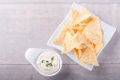 Geschmackvolle Soße und Kartoffelchips, Draufsicht Lizenzfreie Stockfotografie