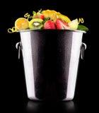 Geschmackvolle Sommerfrüchte im Eimer Stockbilder