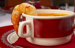 Geschmackvolle Suppe auf einer Tabelle an der Gaststätte Stockbilder