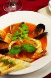 Geschmackvolle Suppe auf einer Tabelle an der Gaststätte Lizenzfreie Stockfotos