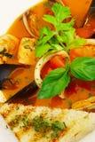 Geschmackvolle Suppe auf einer Tabelle an der Gaststätte? Stockfotografie