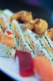Geschmackvolle Sushiservierplatte Stockbild